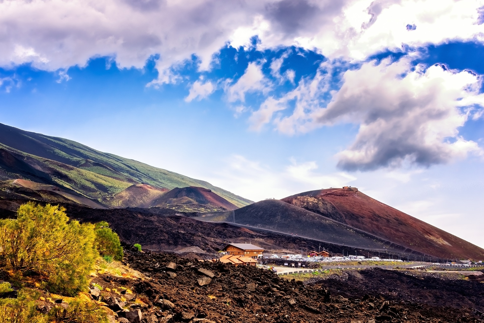 Mount Etna souvenir shops. Photo via Pixabay.
